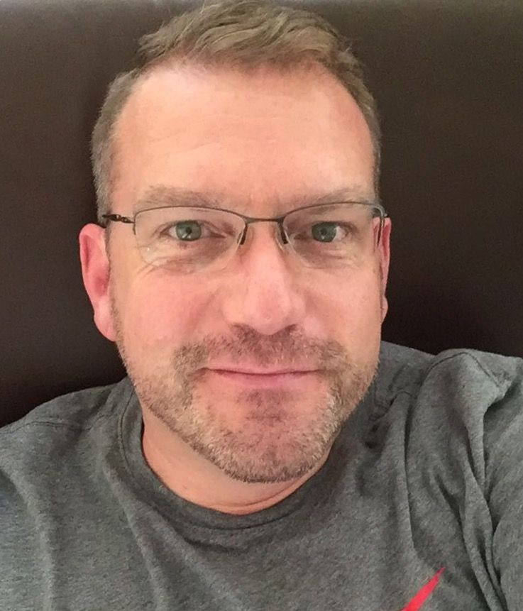Das Foto zeigt Alexander Walldorf auf 7078 Lenzerheide vor einem dunkelgrauen Hintergrund. Er hat kurzes dunkelblondes Haar, einen Dreitagebart und eine Halbrahmenbrille. Er trägt einen grauen Sweatpullover.