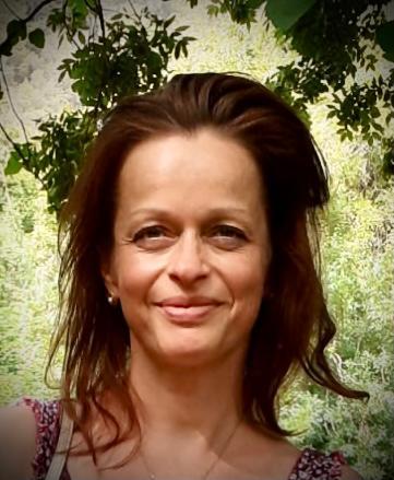 Das Foto zeigt Andrea Frank aus 86529 Schrobehausen. Sie hat dunkelblonde Haare, die sie als Zopf trägt und einzelne Strähnen herausfallen. Auf dem Foto trägt sie ein weißes Shirt und eine silberne Kette sowie silberne Ohrringe.