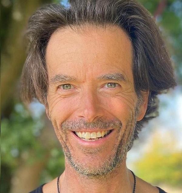 Der in Bremgarten wohnende Arthus Schneider hat braunes Haar und einen Vollbart. Er trägt ein weißes Polo-Shirt mit LNB Logo und steht vor einem weißen Hintergrund.