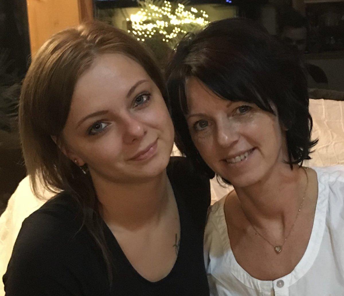 Auf dem Foto sieht man Daniela und Jessica Streichsbier aus Elsterwerda. Beide haben kinnlange Haare und schauen in die Kamera.