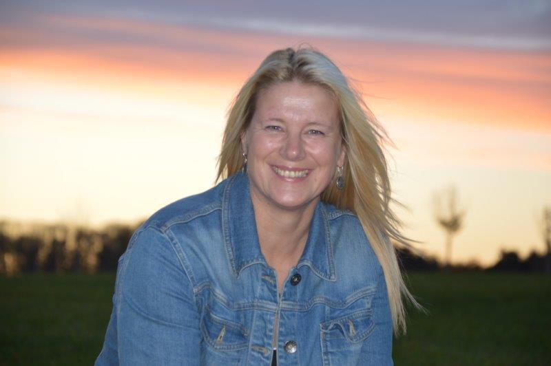 Das Foto zeigt Diana Fröhlich aus Großkarolinenfeld. Im Hintergrund sieht man einen Sonnenuntergang und den rot gefärbten Himmel. Sie hat lange blonde Haare und trägt auf dem Foto eine Jeans-Jacke.