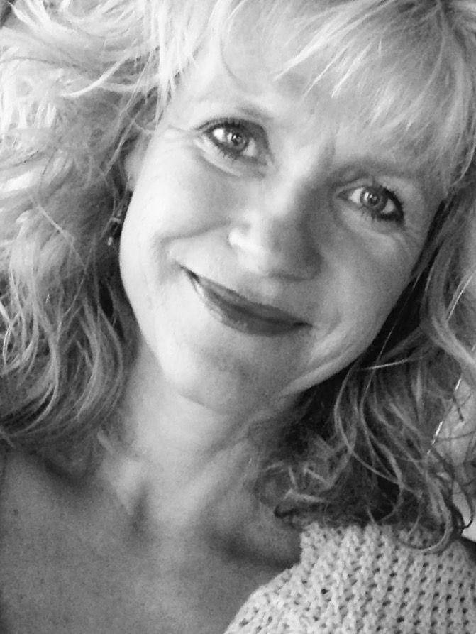 Das schwarz-weiß Foto zeigt Susanne Keller aus Bensheim. Sie hat schulterlange blonde Locken und lächelt in die Kamera.