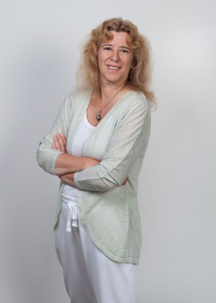 Das Foto zeigt Jutta Bechtel aus 34223 Fuldatal vor einem weißen Hintergrund. Sie hat lange dunkelblonde Haare, die sich wellen. Auf dem Foto trägt sie weiße Kleidung und eine mintfarbene Strickjacke sowie eine dunkle Kette.
