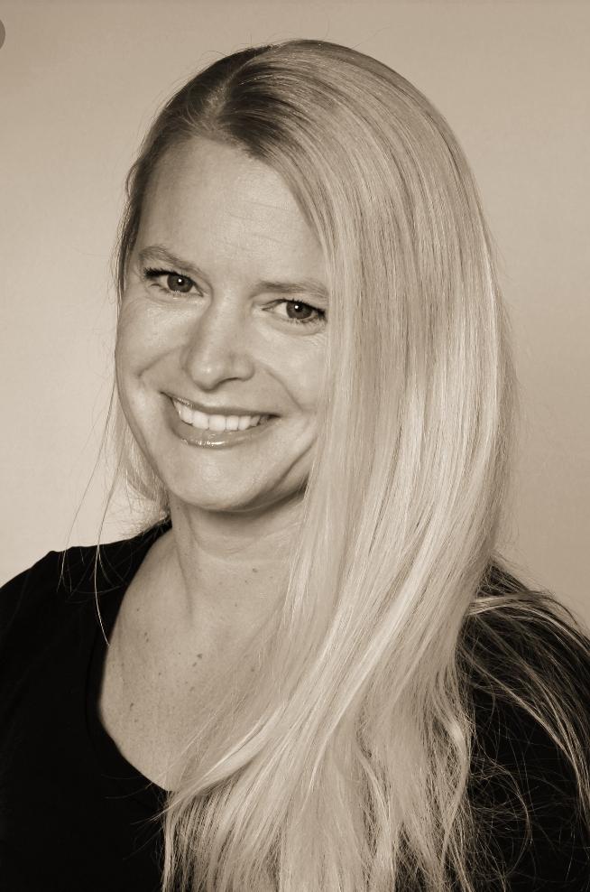 Das schwarz-weiß Foto zeigt die sympathisch, lächelnde Katja Brämer aus 77815 Bühl. Sie hat lange helle Haare und lacht in die Kamera. Außerdem trägt sie ein schwarzes T-Shirt.