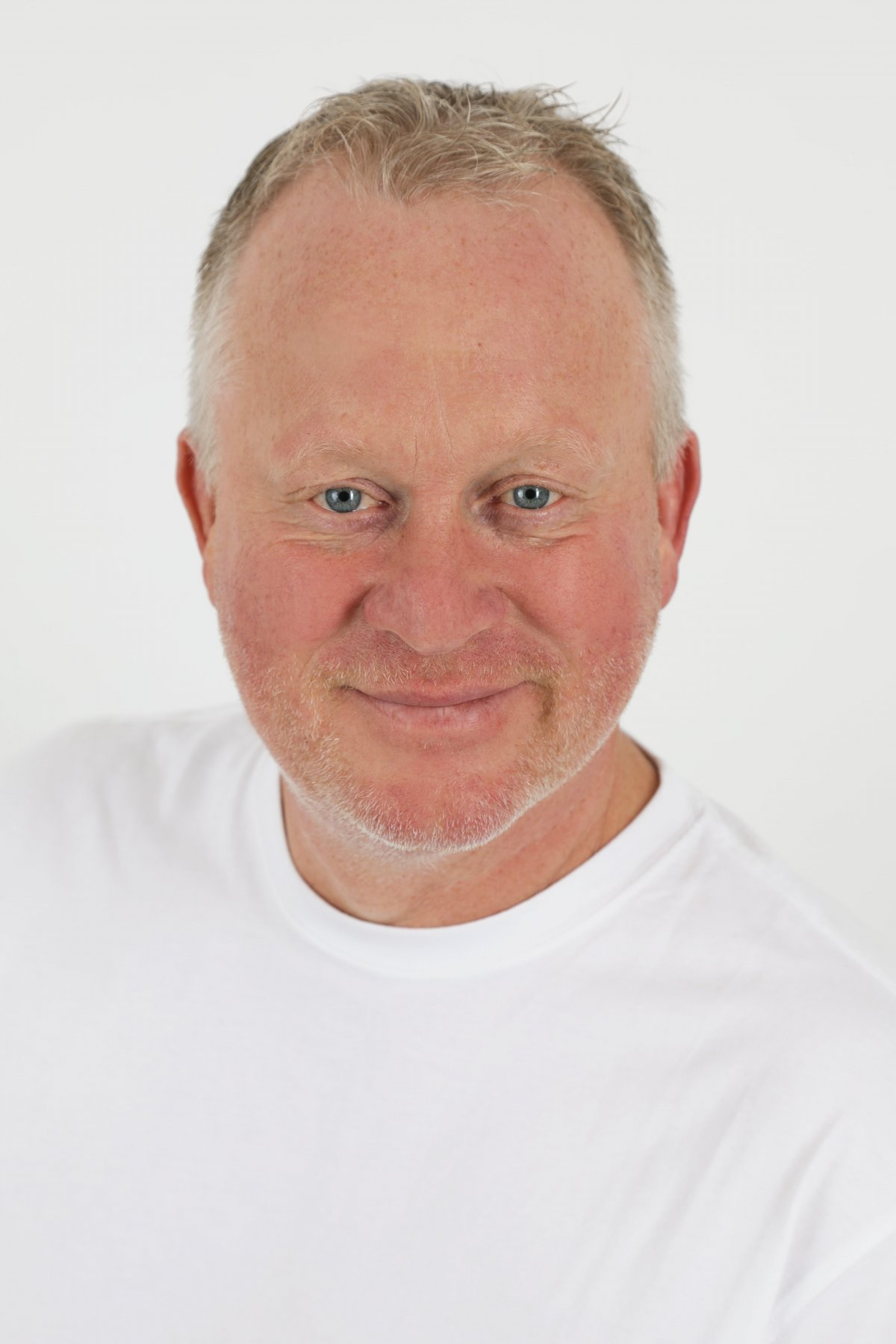 Auf dem Portraitfoto ist Markus Nowotsch zu sehen. Er hat kurzes blond graues Haar und trägt einen leichten Vollbart. Auf dem Bild hat er ein weißes T-Shirt an.