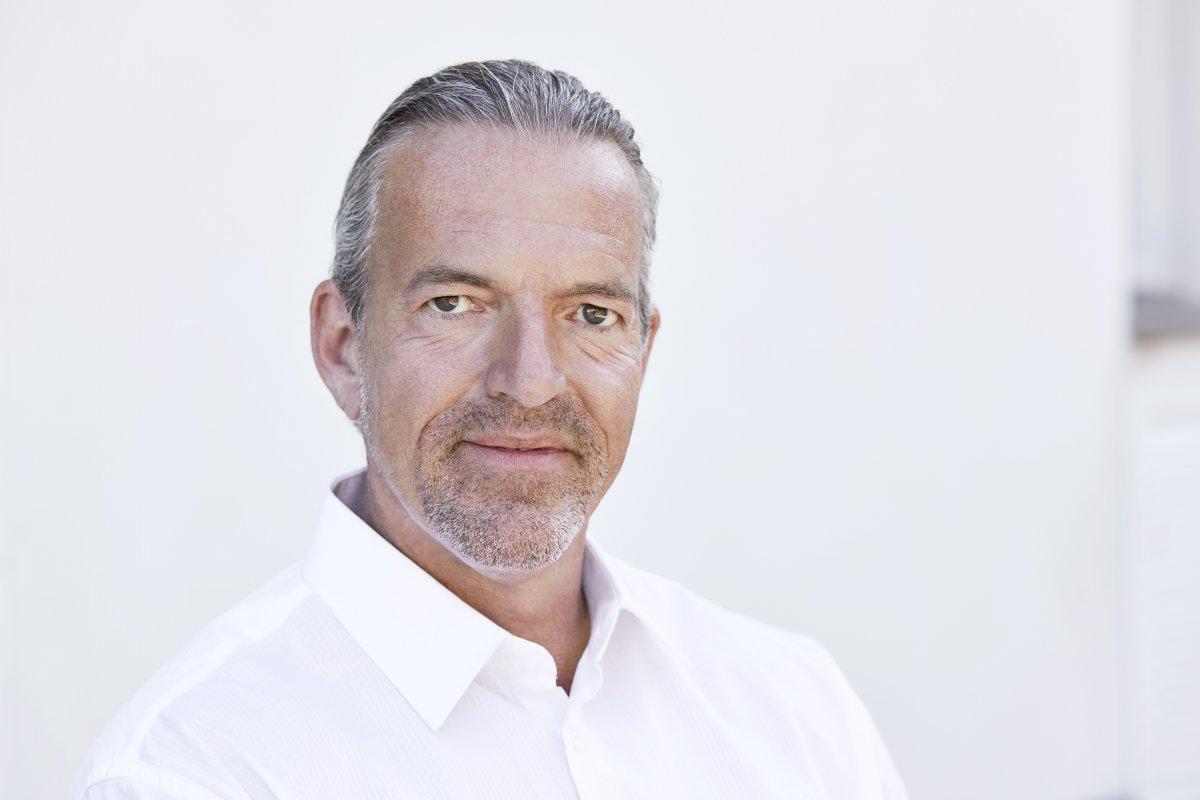 Das Foto zeigt den Heilpraktiker Martin Michalowski aus Neuss. Der Hintergrund ist weiß. Herr Michalowski hat grau schwarzes Haar und einen Dreitagebart. Auf dem Foto trägt er ein weißes Hemd.
