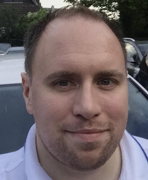 Das Foto zeigt Matthias Zankl aus Herdecke. Im Hintergrund sieht man Autodächer. Er hat kurzes braunes haar und einen Dreitagebart.