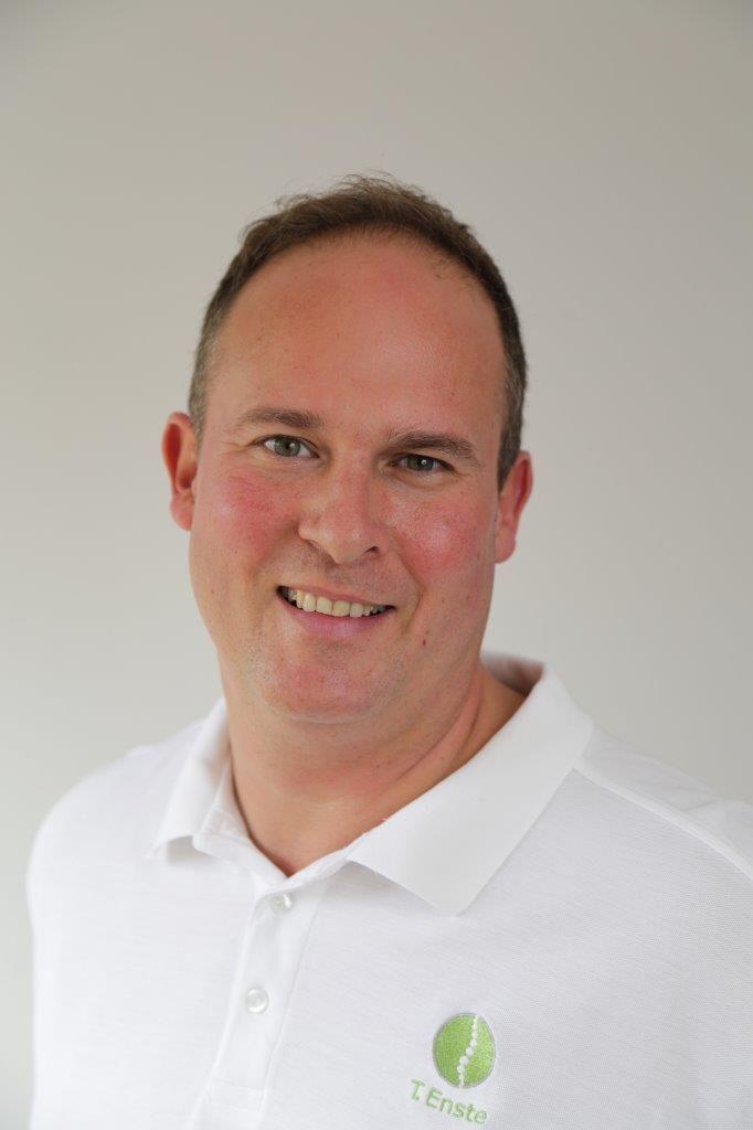 Das Foto zeigt Thorolf Enste aus 48159 Münster. Er hat kurze dunkle Haare und lächelt freundlich in die Kamera. Er trägt ein weißes Polo T-Shirt.