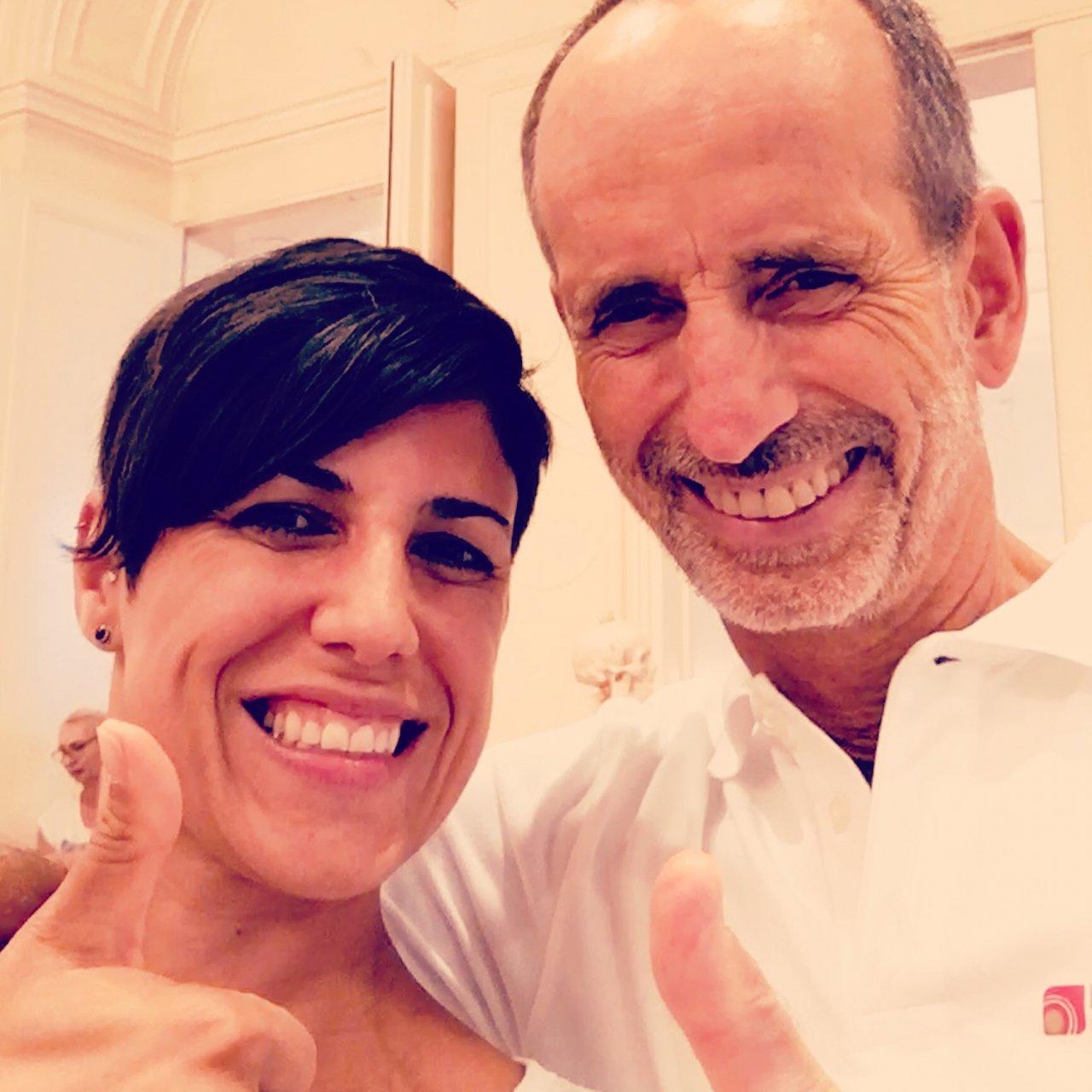 Auf dem Foto ist Sandra Krebs neben Roland Liebscher-Bracht zu sehen. Beide halten einen Daumen nach oben in die Kamera. Sandra Krebs hat kurze braune Haare.