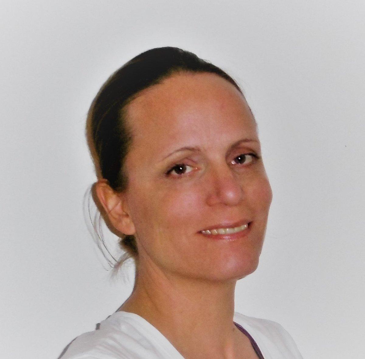Das Portraitfoto zeigt Ilka Zintl-Liebelt aus Schandorf. Sie hat braune Haare, welche sie im Zopf trägt.