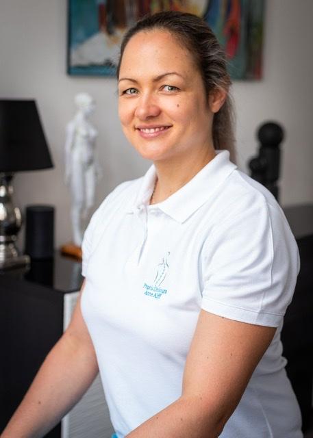 Das Foto zeigt Anne-Kathrin Alff aus Saarbrücken. Sie hat lange braune Haaree und trägt ein weißes Polo T-Shirt mit Aufschrift.