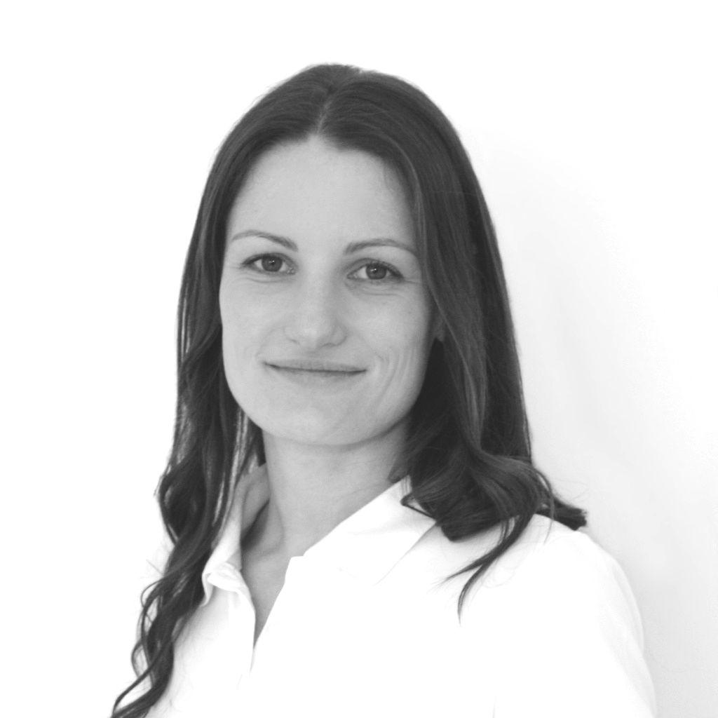 Auf dem schwarz-weiß Foto zeigt Rebekka Anderle aus Mering zu sehen. Sie hat lange dunkle Haare und trägt auf dem Foto eine weiße Bluse und schaut lächelnd in die Kamera.