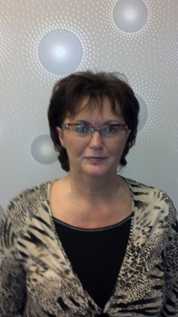 Auf dem Foto ist Silvia Markert aus Graal-Müritz zu sehen vor einem hellgrauen Hintergrund zu sehen. Sie hat kurze schwarze Haare und trägt eine Halbrahmenbrille sowie ein schwarzes T-Shirt und eine gemusterte Bluse obendrüber.