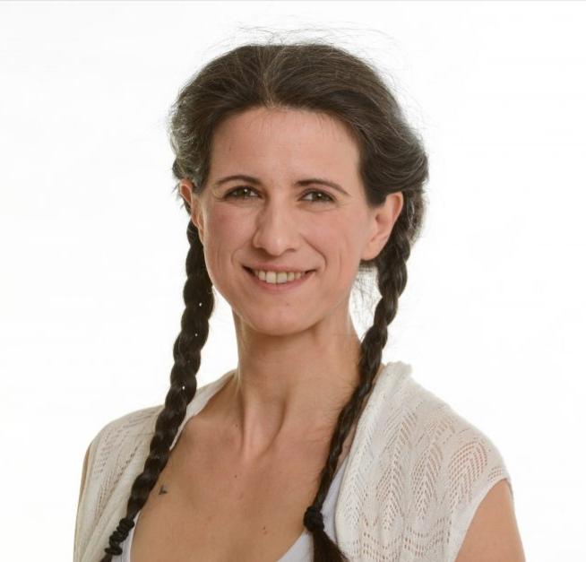Das Portraitfoto zeigt Silvia Schraml aus 95478 Kemnath vor einem weißen Hintergrund. Sie hat lange braune Haare, die sie zu zwei Zöpfen geflochten hat. Sie trägt ein weißes Oberteil.