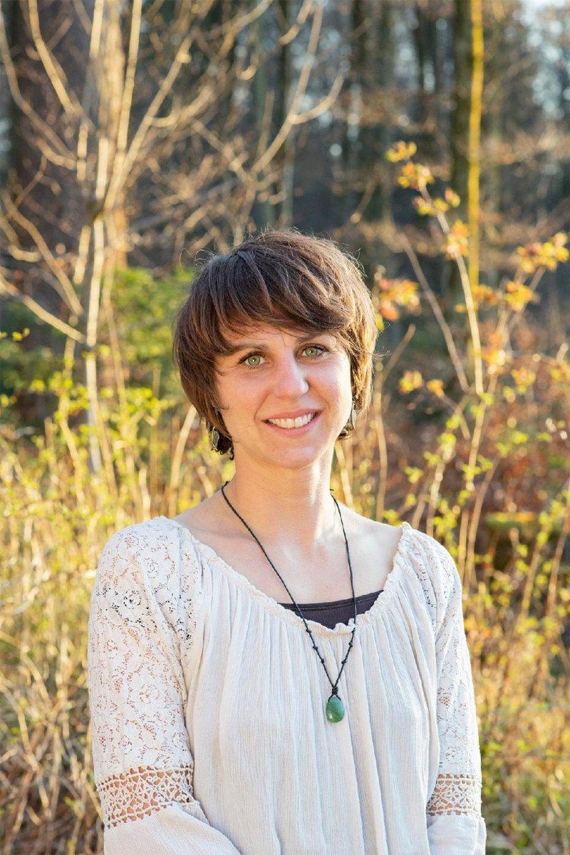 Das Schwarz-weiß Foto zeigt Stephanie Zander aus Thun. Sie steht vor einem hellen Hintergrund. Sie hat kinnlange braune Haare und trägt ein weißes T-Shirt