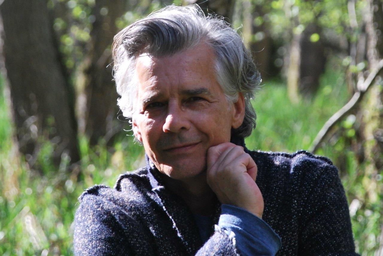 Das Foto zeigt Sven Sbrezesny aus Stade der lächelnd in die Kamera schaut. Er hat kurze graue Haare, die sich etwas locken und auf dem Foto trägt er ein schwarzes Sakko.