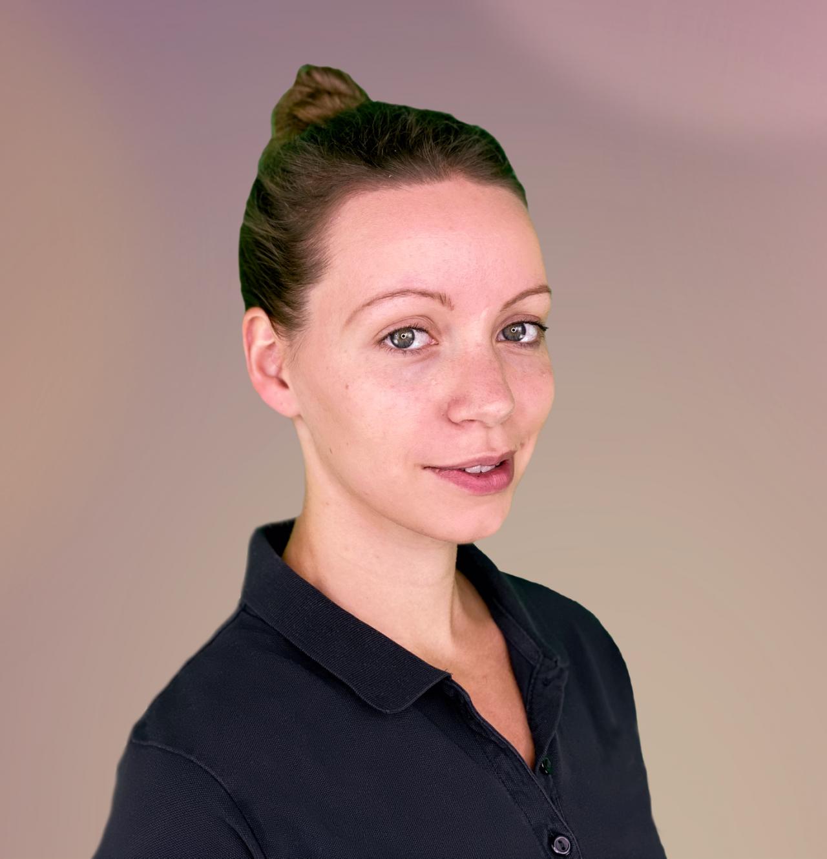 Die Physiotherapeutin aus Frankfurt Svenja Möller schaut schräg in die Kamera. Sie trägt ihren braunen Haare als Zopf und ein schwarzes Polo T-Shirt.