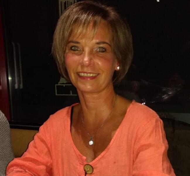 Das Foto zeigt Sylvia Nachtigall aus 02977 Hoyerswerda vor einem dunklen Hintergrund. Sie hat kinnlange braune Haare und einen geraden Pony. Auf dem Foto trägt sie eine rosa farbene Bluse und eine silberne Kette.