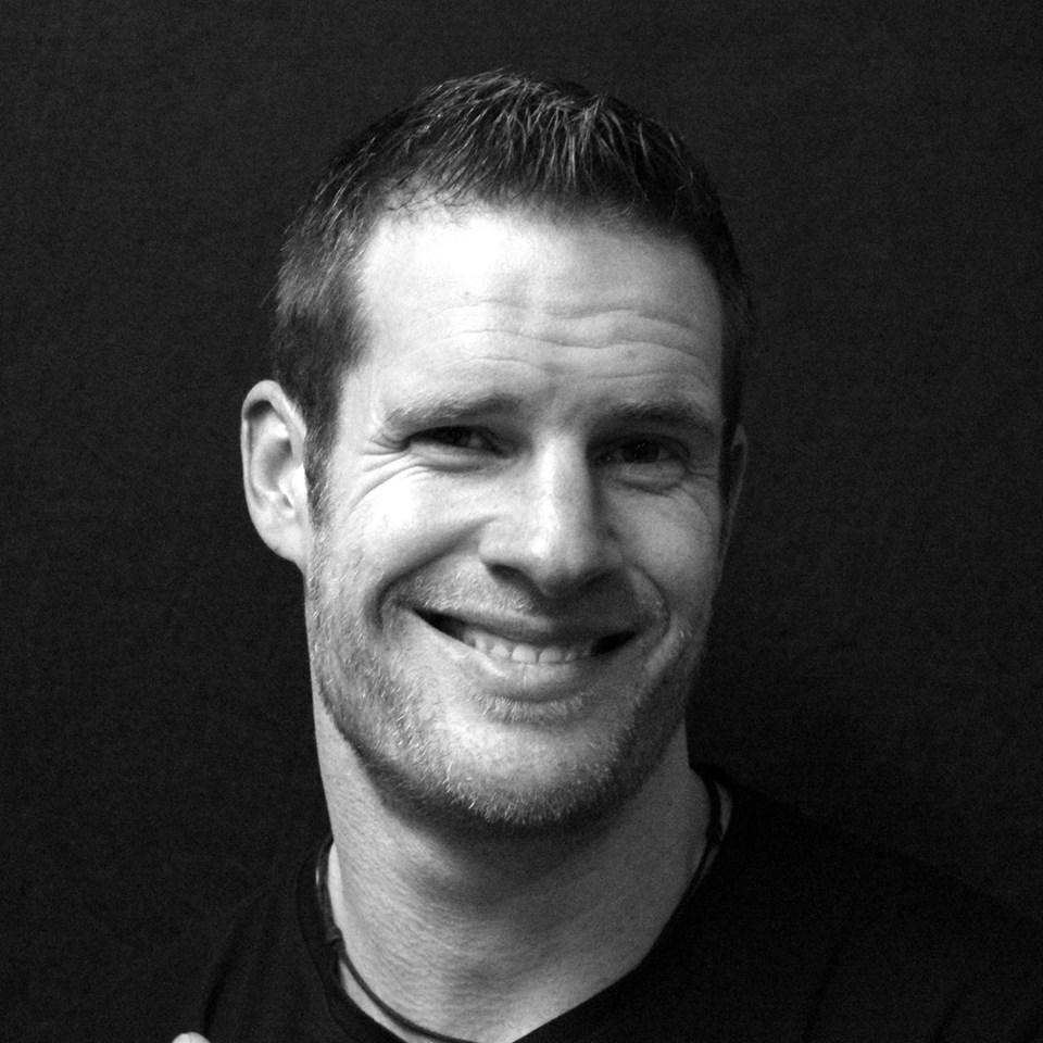 Das schwarz-weiß Foto zeigt Thomas Gessler aus 56766 Ulmen. Er lacht herzlich in die Kamera. Er hat kurze braune Haare und trägt einen Dreitagebart.