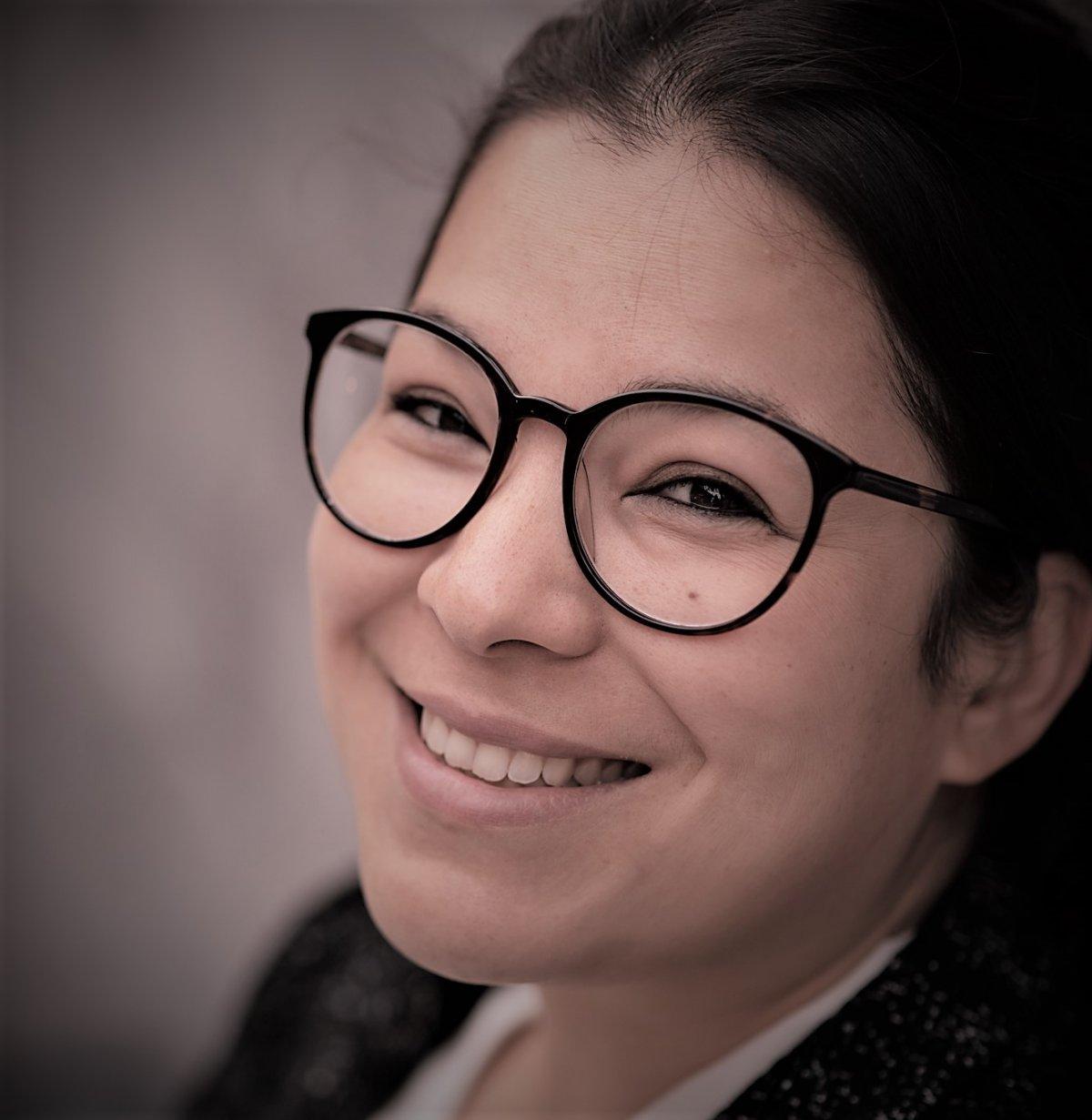 Auf dem Foto lächelt Veronika Krugel aus Katzenelnbogen schräg nach oben in die Kamera. Sie hat dunkle Haare und trägt eine schwarze runde Brille.