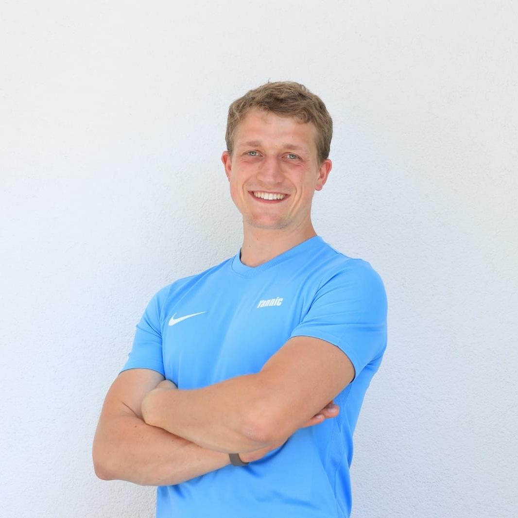 Das Bild zeigt Yannic Schuler aus Bad Homburg v.d. Höhe. Er hat kurzes dunkelblondes Haar und trägt ein hellblaues T-Shirt. Er steht vor einem weißen Hintergrund und hat seine Arme vor der Brust verschränkt.