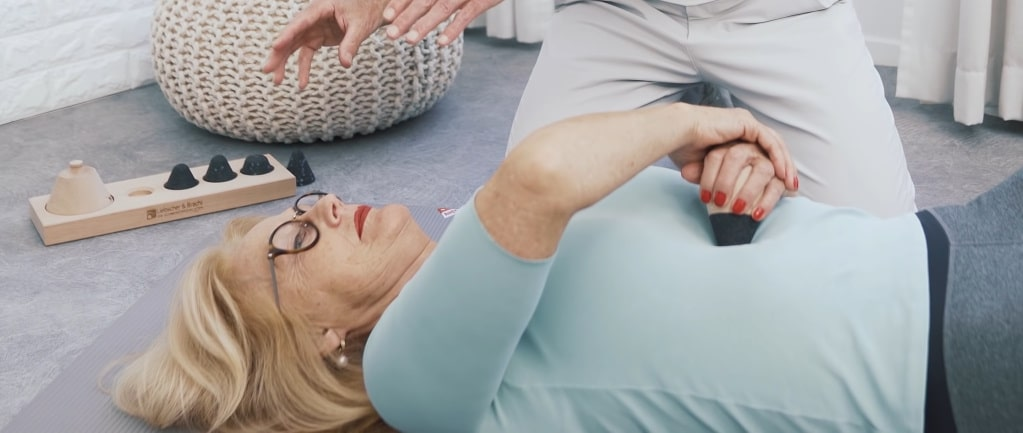 A woman is osteopressing herself.