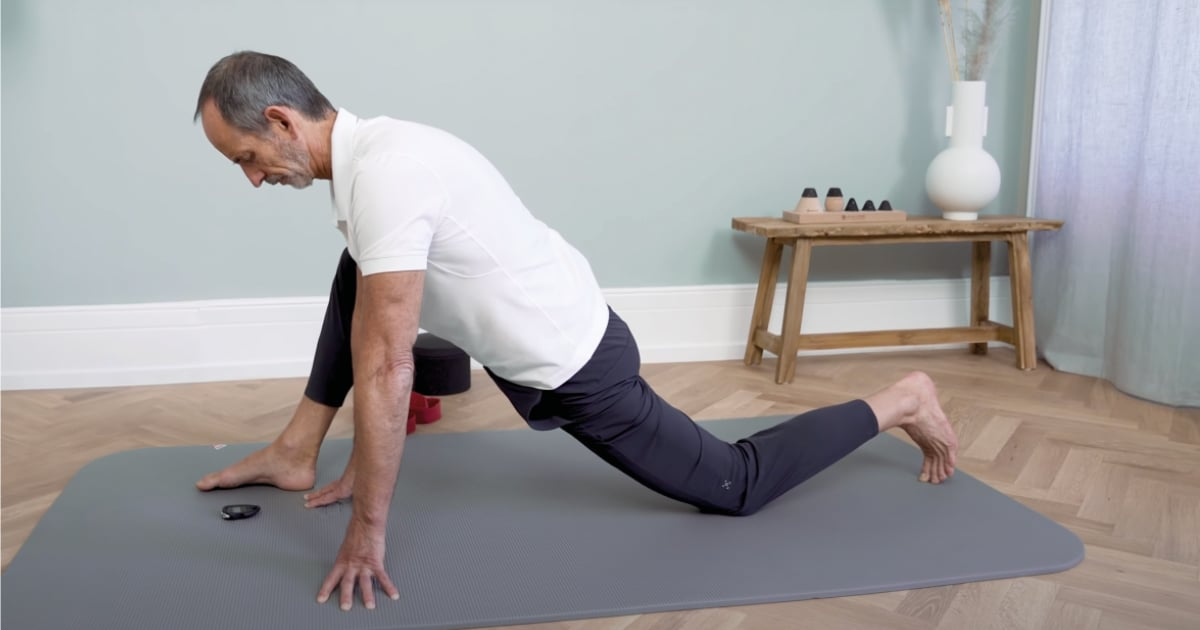Roland Liebscher-Bracht is performing a pain-free exercise.