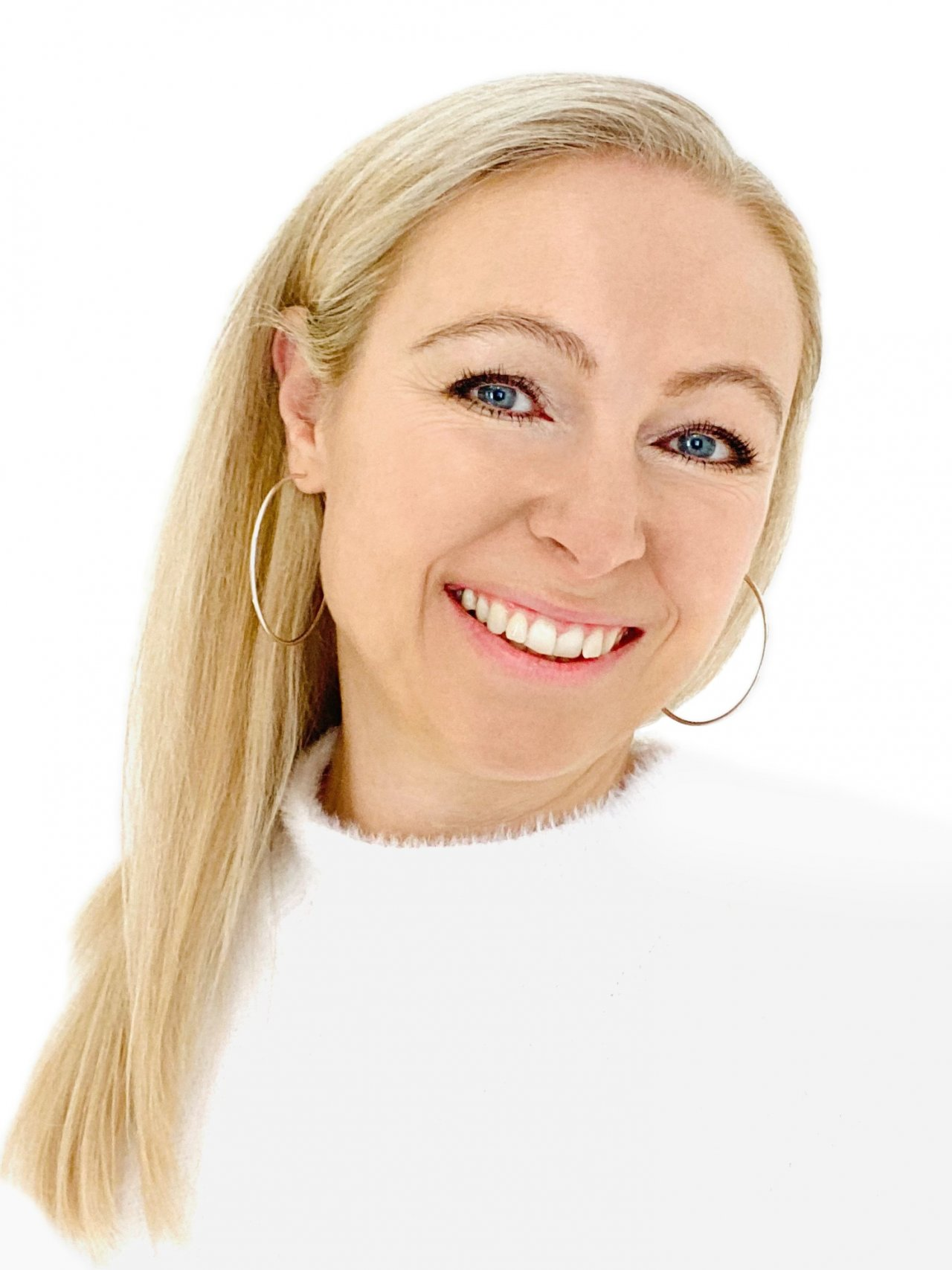 Das Portraitfoto zeigt die sympathische Alexandra Schüler aus 2831 Scheiblingkirchen. Sie hat lange blonde Haare, die als Zopf gebunden sind. Sie hat blaue Augen und lacht in die Kamera. Auf dem Foto trägt sie ein dunkelrotes Polo T-Shirt.
