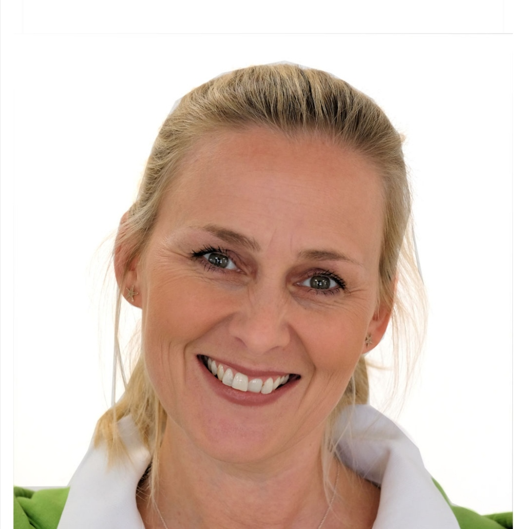Das Foto zeigt die geprüfte Schmerzspezialistin Andrea Bernemann aus Gummersbach. Sie schaut schräg in die Kamera und lächelt. Außerdem hat sie schulterlange blonde Haare und trägt silberne Ohrringe.