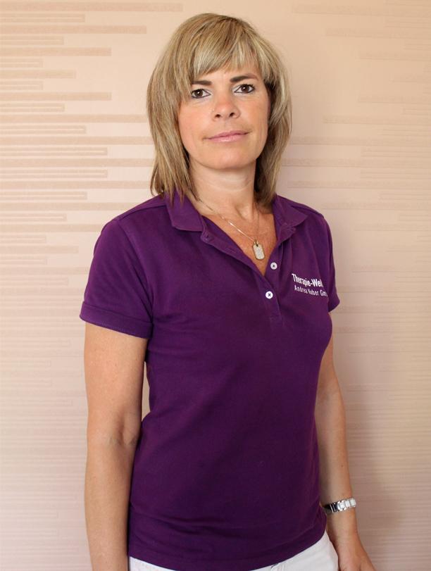Das Foto zeigt die Heilpraktikerin Andrea Kober aus Luckenwalde vor einem hellen Hintergrund. Sie hat schulterlange dunkelblonde Haare und einen geraden Pony. Auf dem Foto trägt sie ein lilafarbenes Polo T-Shirt.