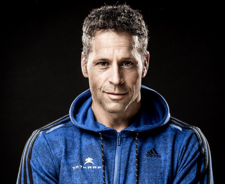 Das Foto wurde vor einem schwarzen Hintergrund aufgenommen und zeigt Andreas Lanz aus Bern. Er hat kurze dunkle Haare und trägt eine blaue Sweatjacke.