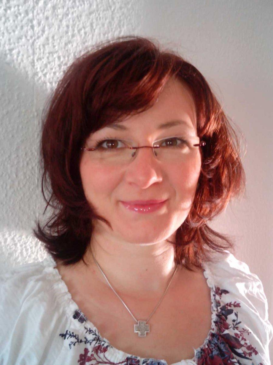 Das Foto zeigt Annette Lathan-Klier aus Naunhof vor einer weißen Wand. Sie hat gestufte kinnlange Haare und einen schrägen Pony. Auf dem Bild trägt sie eine weiße Bluse und eine silberne Kette mit einem Anhänger.