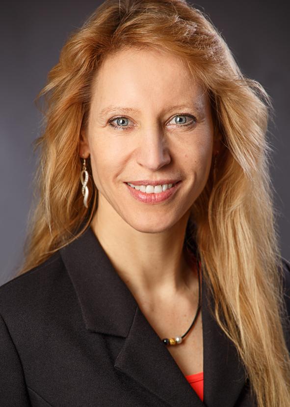Das Portraitfoto zeigt Birgit Seyffert. Sie hat lange rotblonde Haare und trägt silberne Hängeohrringe. Dazu trägt Sie eine schwarze Kette und einen Blazer.