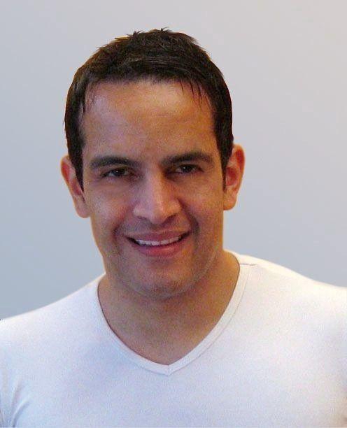 Carlos Scherer aus 69190 Walldorf wurde vor einem weißen Hintergrund fotografiert. Er schaut direkt in die Kamera und trägt ein weißes T-Shirt. Er hat braunes kurzes Haar.