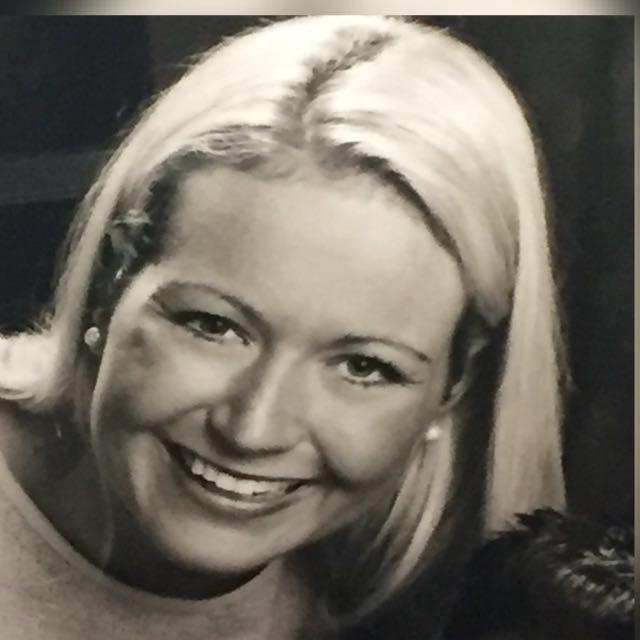 Das Schwarz-weiß Foto zeigt Carolin Schönherr aus Schutterwald. Sie hat helle schulterlange Haare. Auf dem Foto lacht sie in die Kamera.