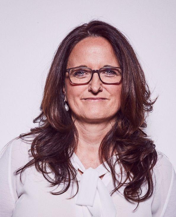 Das Portraitfoto zeigt Christin Köhler, welche in Lindau als Heilpraktikerin tätig ist. Sie hat lange braune Haare und trägt eine dunkle eckige Brille sowie eine weiße Bluse.