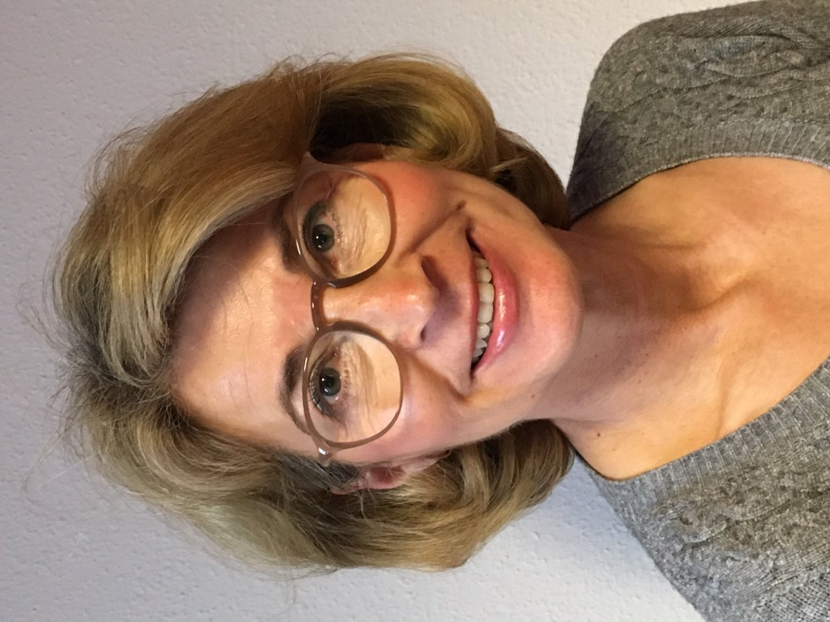 Das Portraitfoto zeigt Christine Plagemann aus Ibbenbüren-Laggenbeck. Sie hat hellbraune kinnlange Haare und trägt eine braune runde Brille. Auf dem Foto trägt sie einen grauen Pullover und lächelt in die Kamera.
