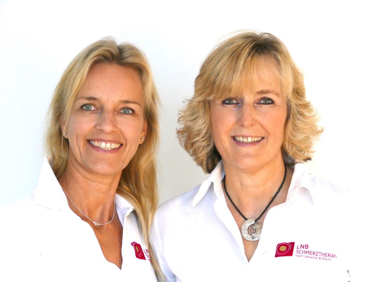 Das Foto zeigt Dagmar Brinkmann und Kathrin Martens. Die beiden lächeln, haben beide ein weißes Liebscher & Bracht T-Shirt an und lächeln in die Kamera. Sie haben beide blondes mittellanges Haar.