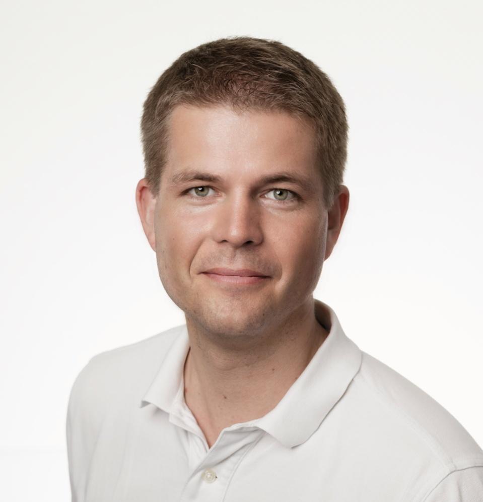 Das Portraitfoto zeigt den Facharzt für Orthopädie und Traumatologie Dr. med. Christian Behrendt vor einem weißen Hintergrund. Er schaut freundlich in die Kamera und hat kurze braune Haare, zu denen er ein weißes Polo T-Shirt trägt.