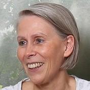 Das Portraitfoto zeigt Friedgard von Pilsach aus Groß Kreutz (Havel). Sie hat dunkelgraue kinnlange Haare, die nach hinten gekämmt sind und lächelt in die Kamera.