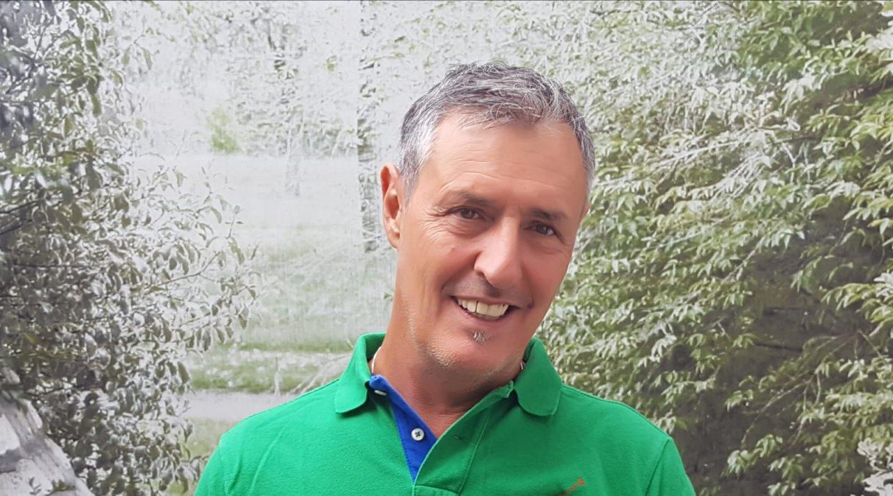 Das Foto zeigt Günther Pfanner aus Hard vor einem grünen Naturhintergrund. Er hat kurzes dunkelgraues Haar und trägt ein grünes Polo T-Shirt.