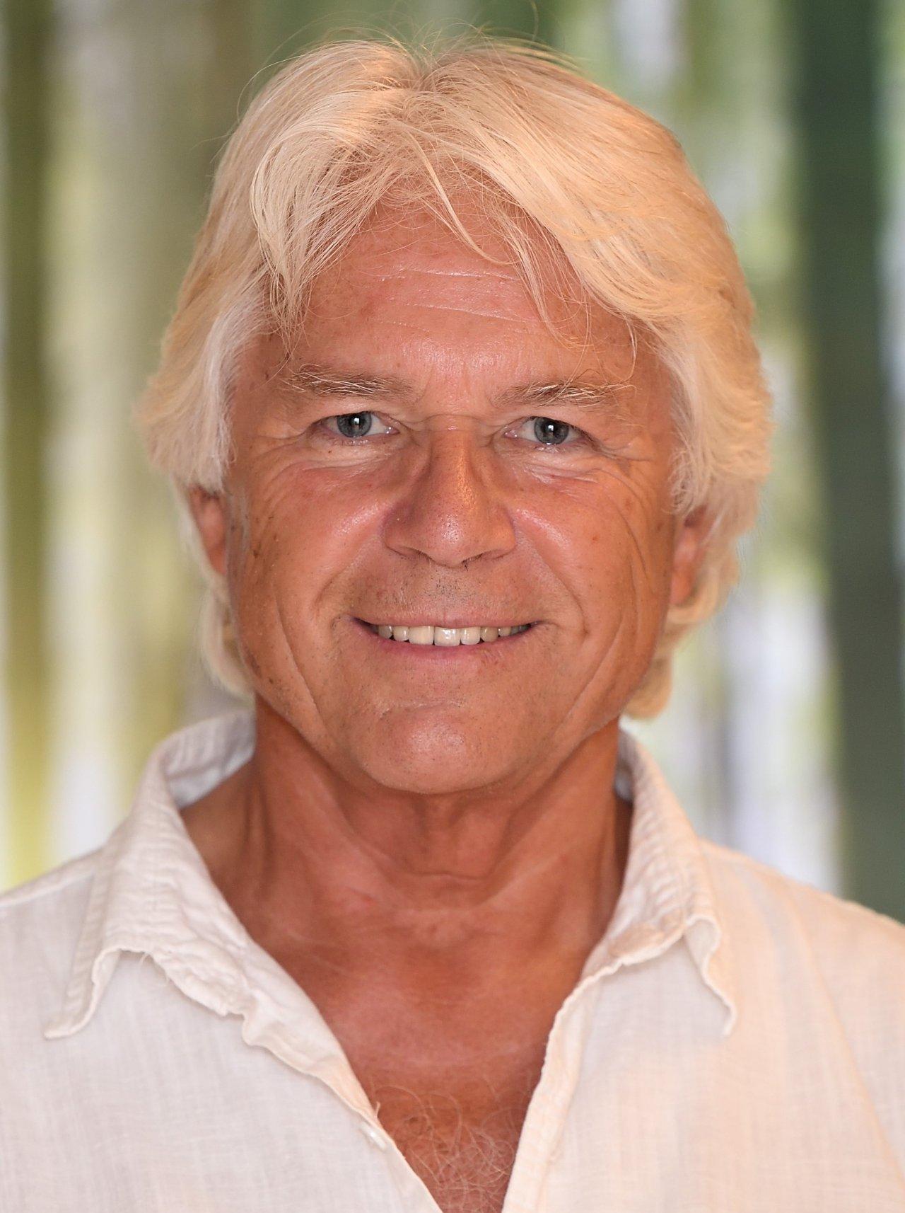 Das Foto zeigt Herbert Weiss aus Lahr im Schwarzwald. Er lacht freundlich in die Kamera und trägt hellgraue Haare. Auf dem Foto trägt er ein weißes Hemd.