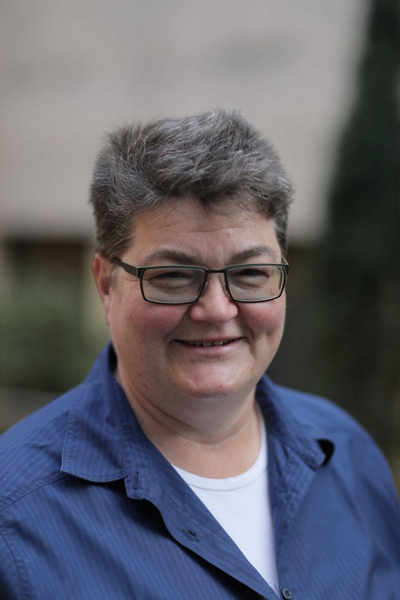 Das Foto zeigt Ilona Hopf auf Postbauer-Heng. Sie hat kurze dunkelgraue Haare und trägt eine eckige schwarze Brille. Auf dem Foto trägt sie ein weißes T-Shirt und eine dunkelblaue Bluse.