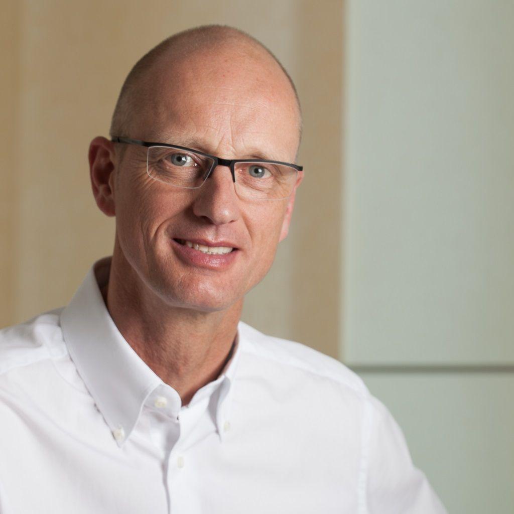 Das Foto zeigt den Arzt Dr. Ingo Barck aus 47918 Tönisvorst. Er sitzt vor einem hellen Hintergrund. Er hat eine Glatze und trägt eine Halbrahmenbrille sowie ein weißes Hemd.