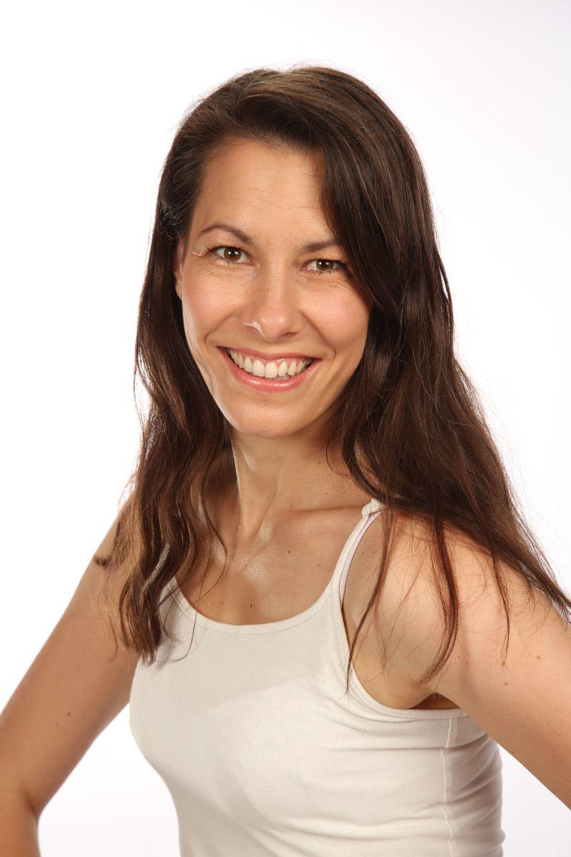 Das Foto zeigt Isabella Oberlojer aus 9500 Villach vor einem hellen Hintergrund. Sie hat lange braune Haare und trägt ein beigefarbenes Top.