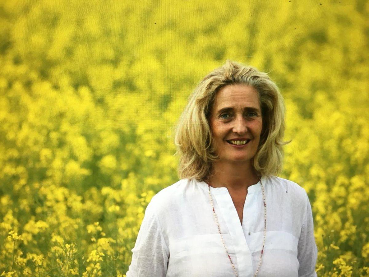 Das Foto zeigt Miriam Fugger in einem Rapsfeld. Sie hat schulterlange blonde Haare und trägt neben einer weißen Bluse eine lange goldene Kette.