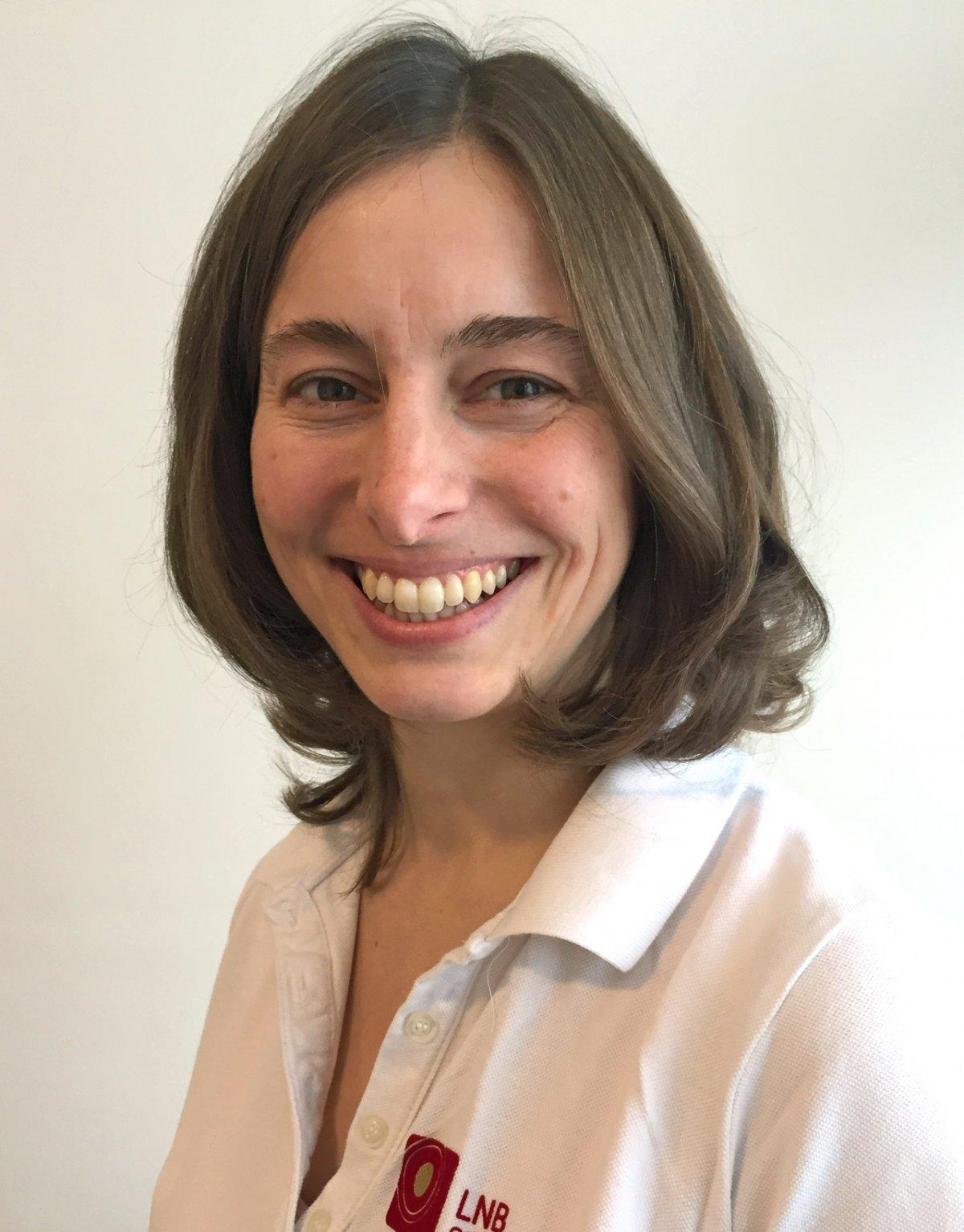 Auf dem Foto lacht Miriam Kreßner aus Chemnitz in die Kamera. Sie hat stufige braune schulterlange Haare und trägt ein weißes Liebscher & Bracht Polo T-Shirt.