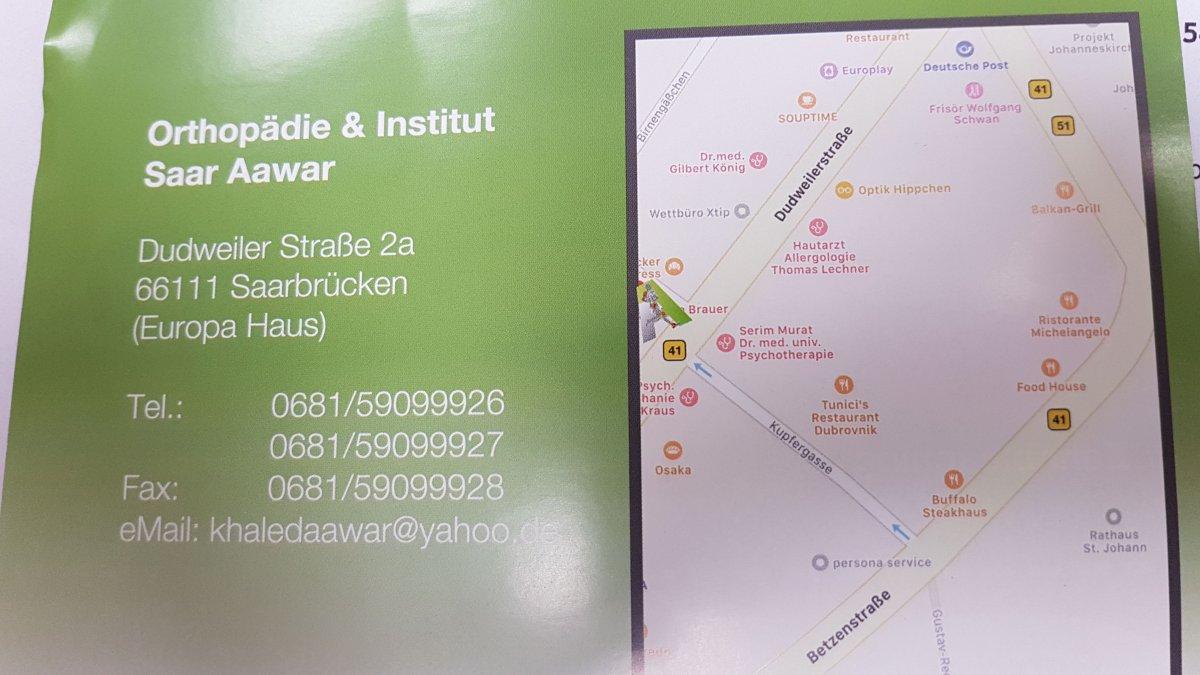Das Foto zeigt das Praxisschild in Saarbrücken mit allen Informationen wie die Telefonnummer und der Adresse.