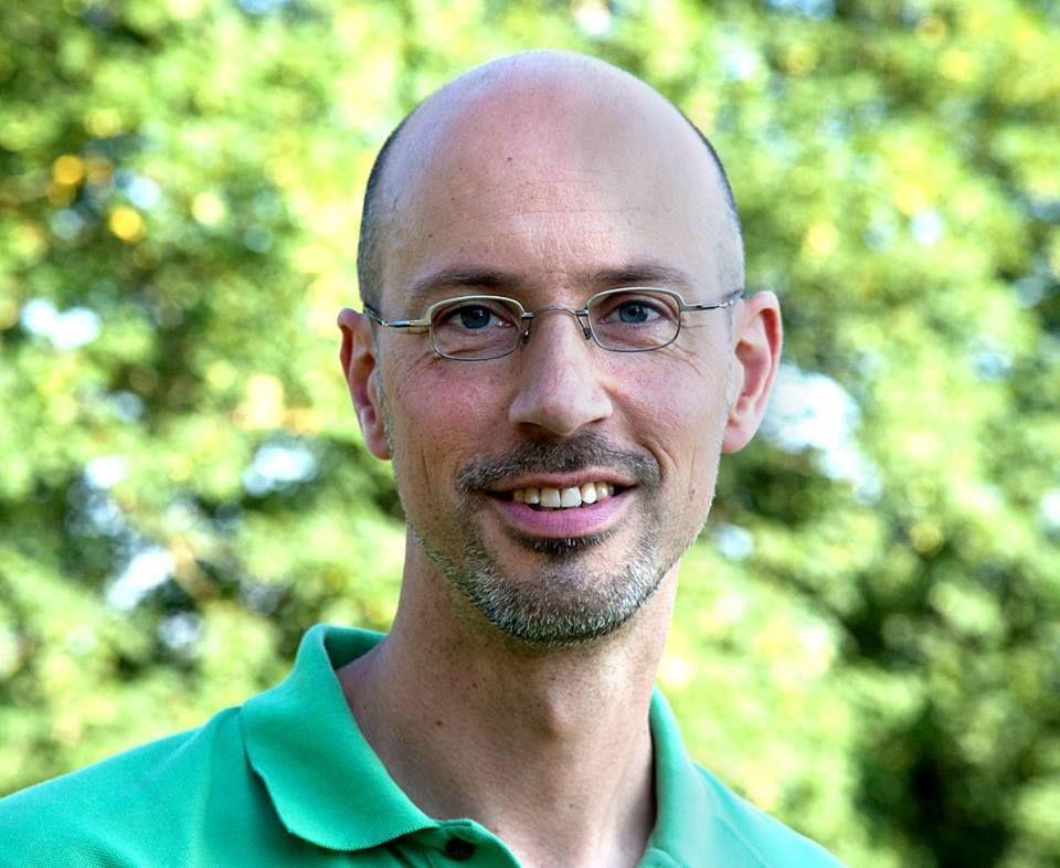 Das Foto zeigt Rainer Schuh aus 58300 Wetter-Volmarstein vor einem hellgrünen Naturhintergrund. Er hat eine Glatze und einen schwarz grauen Vollbart. Außerdem trägt er eine silberne eckige kleine Brille.