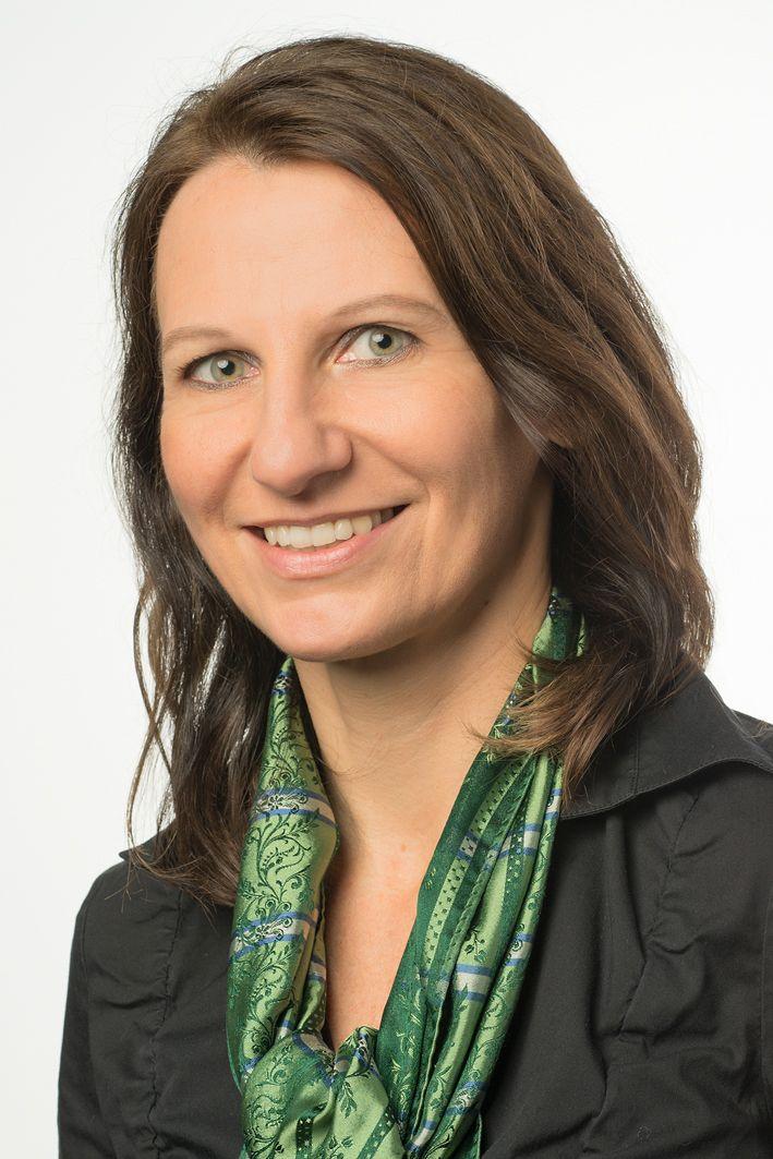Das Foto zeigt Sabine Mels-Colloredo-Kornelson aus Neulengbach vor einem weißen Hintergrund. Sie hat schulterlange braune gestufte Haare und trägt ein grünes Tuch und eine schwarze Bluse.